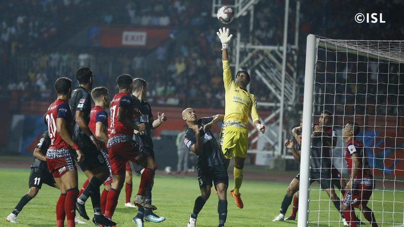 Subhashish Roy Chowdhury failed to palm away Lanzarote's in-swinging cross (Credits- indiansuperleague.com)